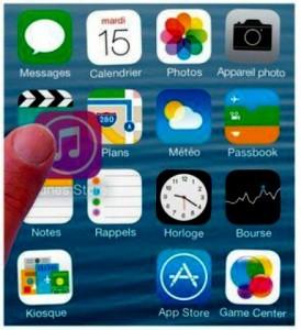 L'icône iTunes Store est glissée jusque sur l'icône Vidéos afin de les réunir dans un dossier
