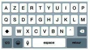 Le sélecteur de claviers internationaux se trouve à gauche de la touche Siri, à la place de la touche Icônes Emoj