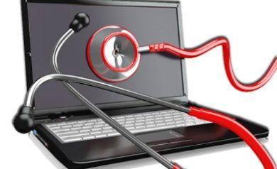 Photo représentant un ordinateur avec un stétoscope pour faire un audit du PC