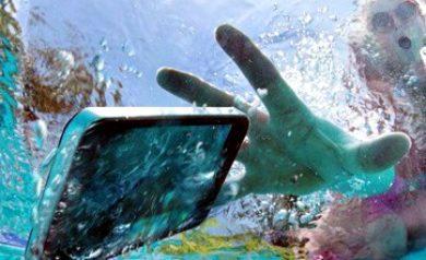 image d'un smartphone tombé dans l'eau