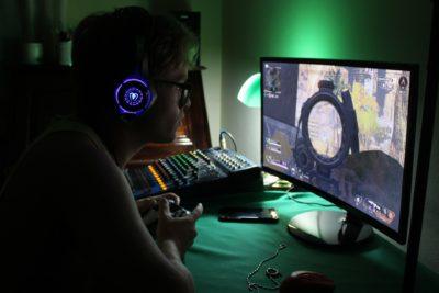 Image représentant un gamer face à son PC