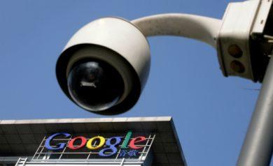 Image représentant le logo de Google sous une caméra de surveillance